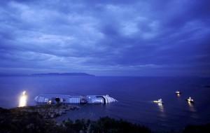 La Costa Concordia si inchina al Giglio