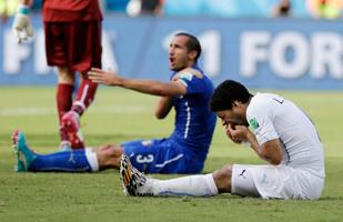 Suarez si lamenta perché Chiellini è tutt'osso!