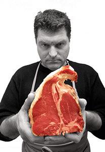 Il mitico chef Dario Cecchini con la carne incriminata