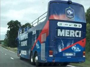 Il pulman della Francia di corsa verso lo sfasciacarrozze
